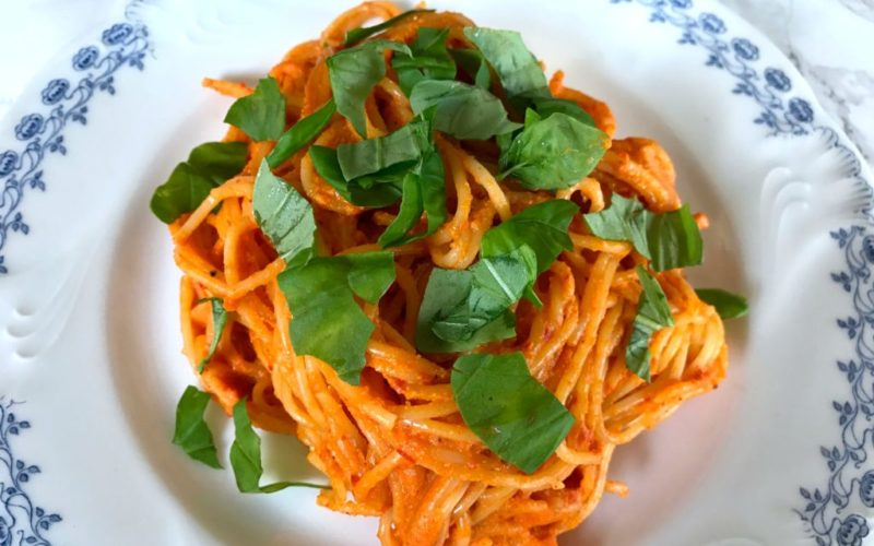 Spaghetti und cremige Paprikasoße